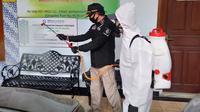 Penyemprotan disinfektan di Klinik Pratama Pelita Insani Cakung, Jakarta Timur