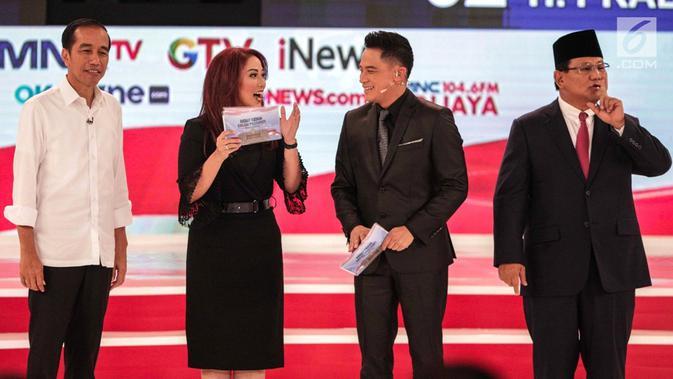 Pembawa acara Anisha Dasuki dan Tommy Tjokro bersama Capres Joko Widodo dan Prabowo Subianto usai debat capres kedua di Hotel Sultan, Jakarta, Minggu (17/2). (Liputan6.com/Faizal Fanani)