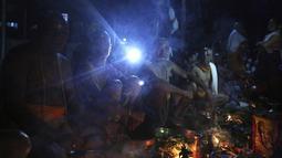 Umat Hindu Nepal menunggu ritual dimulai selama festival Kuse Aunsi di Kathmandu, Jumat (30/8/2019). Kuse Aunsi lebih dikenal dengan sebutan Gokarna Aunsi adalah perayaan yang terjadi pada akhir Agustus, tergantung pada kalender lunar. (AP Photo/Niranjan Shrestha)