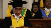 Universitas Sebelas Maret (UNS) Surakara mengukuhkan Ketua Dewan Komisioner OJK menjadi guru besar, Senin (26/8).(Liputan6.com/Fajar Abrori)
