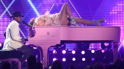 Jennifer Lopez menari di atas piano yang dimainkan oleh Ne-Yo pada perhelatan Grammy Awards 2019 di Staples Center, Los Angeles, AS, Minggu (10/2). Di usia 49 tahun, J-Lo membuktikan dirinya sebagai entertainer sejati. (Photo by Matt Sayles/Invision/AP)