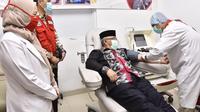 Wali Kota Depok Mohammad Idris mengikuti donor plasma konvalesen di PMI Kota Depok untuk membantu pasien Covid-19. (Liputan6.com/Dicky Agung Prihanto)