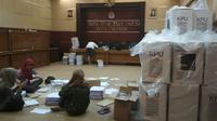 Petugas KPU Kota Cirebon tengah sibuk mempersiapkan logistik dan administrasi pemilih jelan Pemilu April 2019. Foto (Liputan6.com / Panji Prayitno)