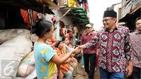 Cawagub petahana, Djarot Syaiful Hidayat menyalami warga saat sosialisasi di kawasan Pademangan VIII, Jakarta, Kamis (23/3). Selain sosialisasi dengan warga, Djarot juga menyerap keluhan warga sekitar. (Liputan6.com/Helmi Fithriansyah)