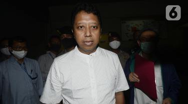 Mantan Ketua Umum PPP Muhammad Romahurmuziy atau Romy keluar dari Rumah Tahanan KPK di Jakarta, Rabu (29/4/2020). Sebelumnya, Romy ditahan terkait suap jual beli jabatan di Kementerian Agama. (merdeka.com/Dwi Narwoko)