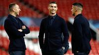 Striker Juventus, Cristiano Ronaldo (tengah) berbincang dengan rekannya di Old Trafford, Manchester, Inggris (22/10). Ronaldo akan bertanding melawan bekas klub lamanya Manchester United pada grup H Liga Champions. (AP Photo/Martin Rickett)