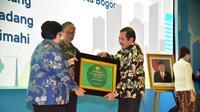 Kepala Dinas Lingkungan Hidup Kota Malang, Agoes Edi Putranto menerima plakat Adipura beberapa hari lalu (Humas Pemkot Malang)