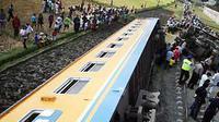 Gerbong dan lokomotif kereta api Penataran jurusan Blitar-Surabaya keluar jalur dan terguling di Km 42+400 desa Karanglo, Singosari, Malang, Jawa Timur, Jumat (4/9). (Antara)