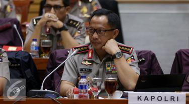 Kapolri Jenderal Tito Karnavian saat rapat dengan Komisi III di Gedung Parlemen Senayan, Jakarta, Senin (5/12). Rapat tersebut membahas beberapa agenda terkini, diantaranya kesiapan Polri dalam pengamanan Pilkada 2017. (Liputan6.com/Johan Tallo)