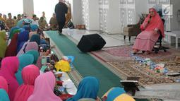 Pendakwah Mamah Dede memberi Tausyiah mengenai musibah di Indonesia di Masjid al i'tisom, Ciputat, Senin (15/10). Tausiah dalam rangka menjalin silaturahmi sekaligus sebagai doa bersama untuk korban gempa dan tsunami di Palu. (Merdeka.com/Arie Basuki)