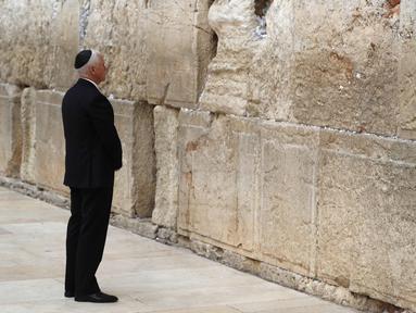 Wakil Presiden AS Mike Pence mengunjungi Tembok Barat Yerusalem (23/1). Pence menegaskan kembali pernyataan Presiden AS Donald Trump tentang Yerusalem pada tanggal 6 Desember sebagai ibu kota Israel. (AFP Photo/Thomas Coex)