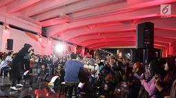 Aksi Band Kotak saat menghibur pejalan kaki yang melintasi senja di Terowongan Kendal, Jakarta (26/7/2019). Lagu Terbang mengawali penampilan Band Kotak sekitar pukul 18.30 WIB. (Fimela.com/Bambang E. Ros)