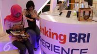 Pengunjung mendatangi stand BRI di acara Indonesia Banking Expo (IBEX) 2015 di JCC, Jakarta, Kamis (10/9/2015). Sejumlah bank menawarkan beragam fasilitas untuk menarik pengunjung menabung di tempatnya. (Liputan6.com/Angga Yuniar)