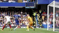 Gelandang Chelsea, Christian Pulisic, berusaha membobol gawang Sheffield United pada laga Premier League di Stadion Stamford Bridge, London, Sabtu (31/8). Kedua klub bermain imbang 2-2. (AP/John Walton)