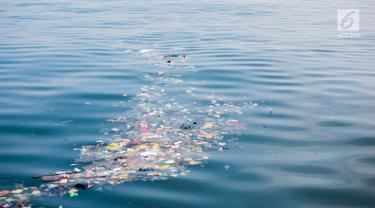 Sampah kiriman mengotori perairan Kepulauan Seribu di sekitar Pulau Pari dan Pulau Pramuka, Rabu (28/11). Sampah itu terbawa arus laut dan terdampar akibat angin serta hujan deras yang melanda daratan Pulau Jawa. (Liputan6.com/Faizal Fanani)