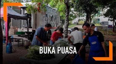 Aksi Cepat Tanggap (ACT) melalui program Humanity Food Truck menyediakan makan siap saji sebanyak 1.000 porsi untuk buka puasa bagi jemaah dan masyarakat sekitar Masjid Raya Jakarta Islamic Centre pada Kamis 16 Mei 2019.