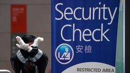 Penjaga keamanan memberi isyarat di Terminal Kapal Tak Kai, Hong Kong, Rabu (5/2/2020). Virus corona berkembang cepat pada orang yang berimun rendah dan memiliki penyakit penyerta. (AP Photo/Vincent Yu)