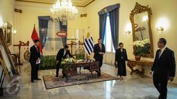 Menlu RI Retno Marsudi menerima kunjungan Menlu Uruguay Rodolfo Nin Novoa di Gedung Pancasila, Jakarta, (11/10). Kedua Menlu melakukan pertemuan bilateral terkait pemberian fasilitas bebas visa kunjungan bagi WNI ke Uruguay. (Liputan6.com/Faizal Fanani)