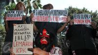 Aktivis penggiat anti korupsi menggelar aksi di depan gedung KPK, Jakarta, Senin (12/10/2015) Mereka menolak revisi UU no 30 th2002 tentang KPK karena dinilai akan melemahkan KPK. (Liputan6.com/Helmi Afandi)