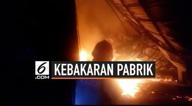 Sebuah pabrik kasur pegas di Kelurahan Pejambon, Kecamatan Sumber, Kabupaten Cirebon, terbakar. Kebakaran terjadi pada Rabu (18/9/2019) dini hari.