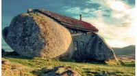 Renovasi gereja, menara air, hingga hidup di rumah transparan? Inilah 10 daftar rumah tak biasa dna teraneh di dunia.