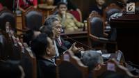 Anggota tim hukum Tim Kampanye Nasional (TKN) Luhut Pangaribuan berdebat sengit dengan Ketua Tim Pengacara Paslon Prabowo Subianto-Sandiaga Uno, Bambang Widjojanto saat sidang lanjutan PHPU untuk Pemilihan Presiden 2019 di Gedung MK, Jakarta, Selasa (18/6/2019). (Liputan6.com/Faizal Fanani)