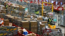 Para staf bekerja di pusat penyortiran perusahaan layanan pos Bpost, Brussel, Belgia, 26 November 2020. Menjelang Natal dan Black Friday, Bpost mencatat kenaikan jumlah paket lantaran semakin meningkatnya permintaan di sektor e-commerce. (Xinhua/Zheng Huansong)