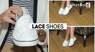 Kali ini bersama Shasa kita akan mempercantik sepatu dengan menggunakan Lace, bagaimana trik nya, berikut Fashion Hacks kali ini.