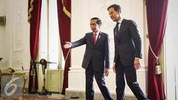 Presiden Jokowi menerima kedatangan Perdana Menteri Kerajaan Belanda Mark Rutte di Istana Merdeka, Jakarta, Rabu (23/11). Kunjungan PM Belanda menemui Jokowi di Istana Presiden ini dalam rangka menjalin kerja sama bilateral. (Liputan6.com/Faizal Fanani)