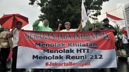Massa yang tergabung dalam Gerakan Jaga Indonesia (GJI) membentangkan spanduk tuntutan untuk mencabut izin penyelanggaraan Reuni 212 pada 2 Desember 2018 di depan Balai Kota, Jakarta, Kamis (29/11). (Merdeka.com/Iqbal S. Nugroho)