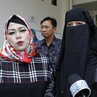 Diampingi kuasa hukumnya Ina Rachman, Dian Rositaningrum menjawab pertanyaan usai sidang mediasi dengan Opick. (Adrian Putra/Bintang.com).