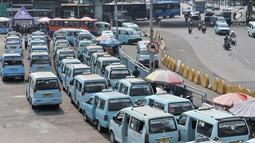 Angkutan kota (angkot) terparkir di Terminal Kampung Melayu, Jakarta, Selasa (10/7). Hingga saat ini baru dua operator angkot yang bergabung dengan program OK Otrip. (Merdeka.com/Iqbal Nugroho)