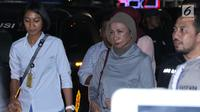 Aktivis Ratna Sarumpaet (tengah) saat dibawa menuju ruang Direktorat Reserse Kriminal Umum Polda Metro Jaya, Jakarta, Kamis (4/10). Ratna Sarumpaet ditangkap polisi di Bandara Soetta saat akan pergi ke luar negeri (Liputan6.com/Helmi Fithriansyah)