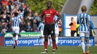 Gelandang Manchester United, Paul Pogba, tampak kecewa saat ditahan imbang Huddersfield Town pada laga Premier League di Stadion John Smith, Minggu (5/5). Kedua tim bermain imbang 1-1. (AFP/Paul Ellis)