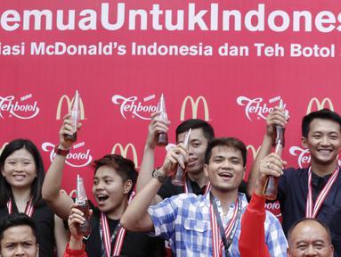 Para atlet foto bersama saat pemberian apresiasi dari McDonald's dan Teh Botol Sosro di Sarinah, Jakarta, Rabu (5/9/2018). Peraih medali dari cabor bulutangkis dan wushu mendapat penghargaan berupa logam mulia. (Bola.com/M Iqbal Ichsan)