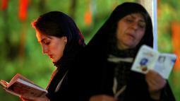 Muslim Syiah Iran berdoa saat berburu malam Lailatul Qadar di Teheran, Iran, Jumat (8/6). Orang-orang muslim Iran akan berkumpul dalam upacara-upacara keagamaan untuk berdoa. (AP Photo/Ebrahim Noroozi)