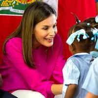 Ratu Spanyol Letizia berbincang dengan para siswa saat upacara penyambutannya di sebuah sekolah daerah kumuh Soleil, Haiti, 23 Mei 2018. Ini merupakan kunjungan pertama Ratu Letizia ke negara termiskin di benua Amerika tersebut. (AP/Dieu Nalio Chery)