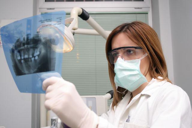 Rontgen gigi diperlukan jika bengkak dan nyeri dirasakan dalam jangka waktu yang cukup lama