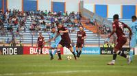 Persela Lamongan hanya bermain 1-1 kontra PSM Makassar, pada laga lanjutan Gojek Liga 1 2018 bersama Bukalapak, di Stadion Surajaya, Jumat (10/8/2018). (Bola.com/Abdi Satria)