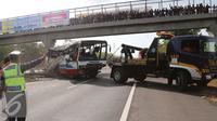 Sebuah mobil Derek dikerahkan untuk membawa bangkai bus PO Rukun Sayur mengalami kecelakaan di KM 202, Jawa Barat, Selasa (14/7/2015). Kecelakaan tersebut menyebabkan 11 orang tewas dan 27 luka - luka. (Liputan6.com/Herman Zakharia)