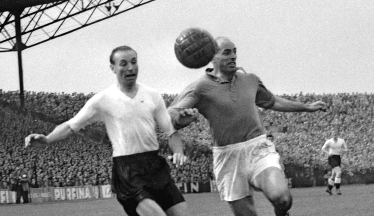 Sir Stanley Matthews (kiri) dianggap sebagai salah satu pemain terbaik sepanjang sejarah Inggris. Meski tidak pernah mempersembahkan trofi bagi Inggris, namun Matthews menjadi satu-satunya pesepakbola yang mendapat gelar kesatria saat masih aktif bermain. (Foto: AFP/Intercontinentale/Staff)