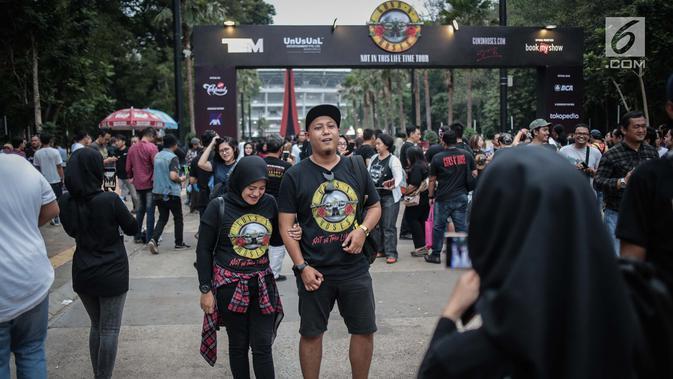 Ribuan fans Konser Guns N' Roses padati Stadion Gelora Bung Karno, Jakarta, Kamis (8/11). Konser Guns N Roses bertajuk
