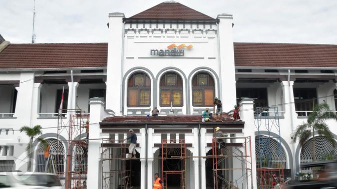 Pekerja sibuk memperbaiki gedung milk bank pemerintah di Kawasan Kota Lama Semarang . Rabu ( 2 /03 /2016 ) langkah ini sebagai restorasi bangunan tua di kota lama  semarang. (Gholib)