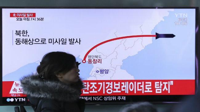 Sebuah tayangan televisi di Korea Selatan menunjukkan ilustrasi penembakan misil Korea Utara pada 6 Maret 2017 (Lee Jin-man/AP)