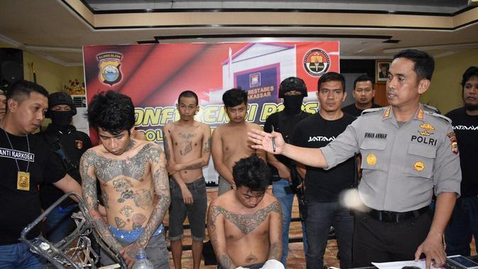 Para pelaku pembunuh sadis satu keluarga di Makassar merupakan sindikat narkoba (Liputan6.com/ Eka Hakim)#source%3Dgooglier%2Ecom#https%3A%2F%2Fgooglier%2Ecom%2Fpage%2F%2F10000
