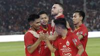 Pemain Persija Jakarta merayakan gol yang dicetak oleh Heri Susanto ke gawang Geylang International FC pada laga uji coba di SUGBK, Jakarta, Minggu, (23/2/2020). Persija menang dengan skor 3-1. (Bola.com/M Iqbal Ichsan)