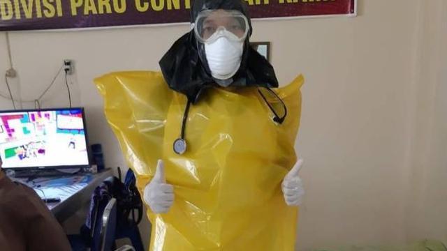 Foto Paramedis Tangani Corona COVID-19 Pakai Kantong Plastik Sampah Bikin Miris