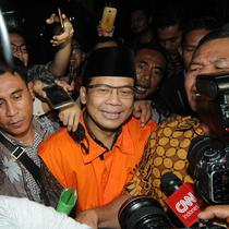 Wakil Ketua DPR, Taufik Kurniawan saat ditanya awak media usai menjalani pemeriksaaan kasus pengurusan Dana Alokasi Khusus (DAK) Kab Kebumem TA 2016 di gedung KPK, Jakarta, Jumat (2/11). (Merdeka.com/Dwi Narwoko)
