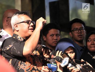Ketua Komisi Pemilihan Umum (KPU) Arief Budiman memberi keterangan kepada awak media terkait kasus hoaks surat suara tercoblos di Gedung Bareskrim Polri, Gambir, Jakarta, Kamis (3/1). (Merdeka.com/Iqbal S. Nugroho)