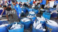 Nelayan menurunkan ikan hasil tangkapan laut di Muara Baru, Jakarta, Kamis (29/3). Untuk mendorong ekspor komoditas perikanan KKP akan memberikan bantuan alat penangkapan ikan yang ramah lingkungan. (Liputan6.com/Angga Yuniar)